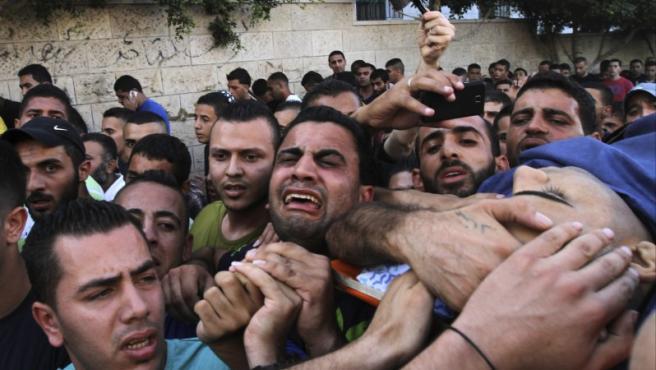 Palestinos portan el cuerpo de Islam al-Tubasi, de 19 años, durante su funeral celebrado en el campo Jenin, cerca de Cisjordania. Fuerzas del Ejército israelí mataron la pasada madrugada al joven palestino durante una redada en el campo de refugiados de Yenín, en el norte de Cisjordania.