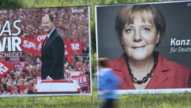 Carteles electorales del candidato del partido SPD, Peer Steinbrueck, y del CDU, Angela Merkel, en un prado en Dormagen (Alemania).