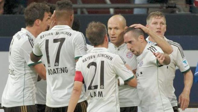 Jugadores del Bayern celebran uno de sus goles ante el Schalke 04 en el Veltins Arena de Gelsenkirchen.