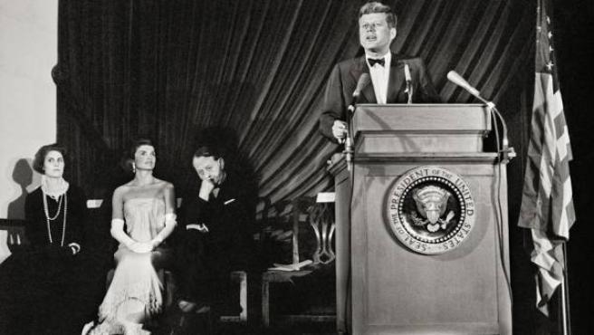 Jacqueline Kennedy escuchando a JFK durante un discurso en una imagen del fotoperiodista Enrique Meneses (1929-2013), que documentó los sucesos y los personajes más significativos de la segunda mitad del siglo XX