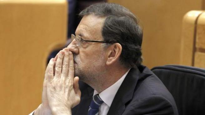 Rajoy escucha las intervenciones de los demás grupos durante su comparecencia ante el pleno del Congreso con el objeto de ofrecer su versión del 'caso Bárcenas'.