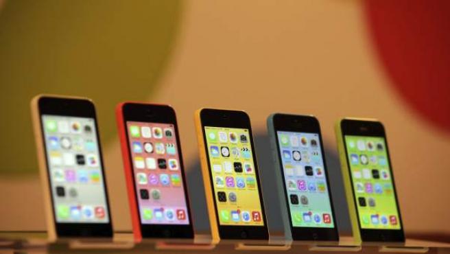 Varios modelos del Apple iPhone 5C, expuestos en una tienda de Apple en Berlín (Alemania).