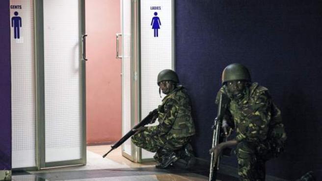 Soldados permanecen apostados en uno de los aseos del Westgate en busca de terroristas y rehenes.