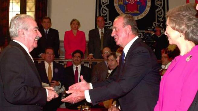 El escritor Álvaro Mutis, al recibir el Premio Cervantes, en 2001, de manos del rey de España.