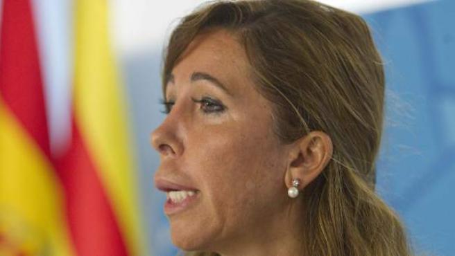 Alicia Sánchez Camacho en una comparecencia este lunes en la sede del PPC en Barcelona. Al fondo de la imagen, las banderas catalana y española.