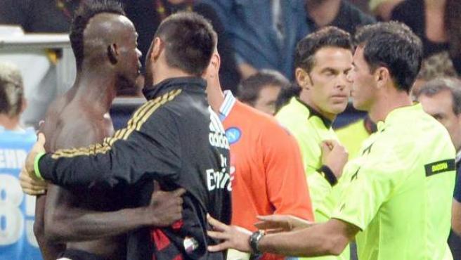 Mario Balotelli se encara con el árbitro en el partido contra el Nápoles, en el que fue expulsado.