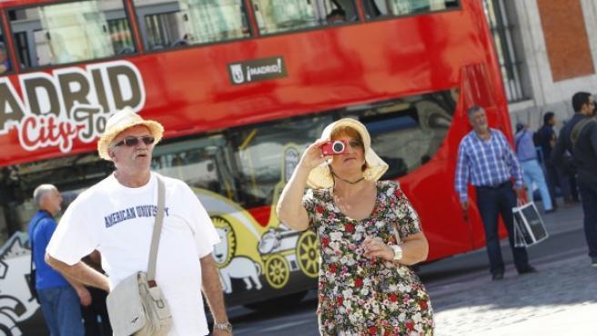 Dos turistas, en la Puerta del Sol de Madrid.