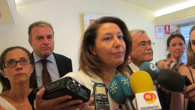 Carmen Crespo hace declaraciones a los medios de comunicación en Almería