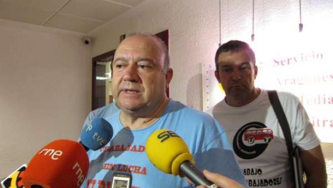 Presidente del comité de empresa de AUZ, Javier Anadón, atendiendo a los medios