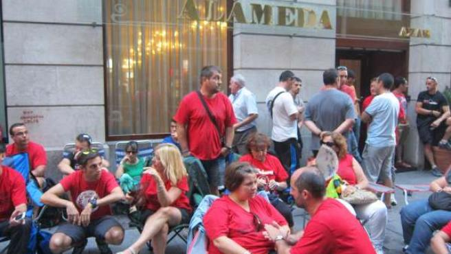 Trabajadores de Sniace concentrados frente a la sede del Orecla