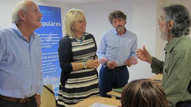 Mercedes Fernández con ciudadanos que consultan al PP