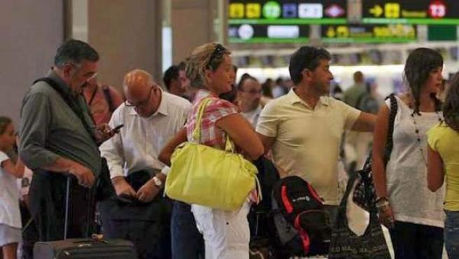 Un grupo de personas esperando para coger su vuelo.