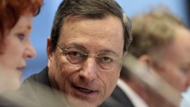 El presidente del Banco Central Europeo (BCE), Mario Draghi (c).