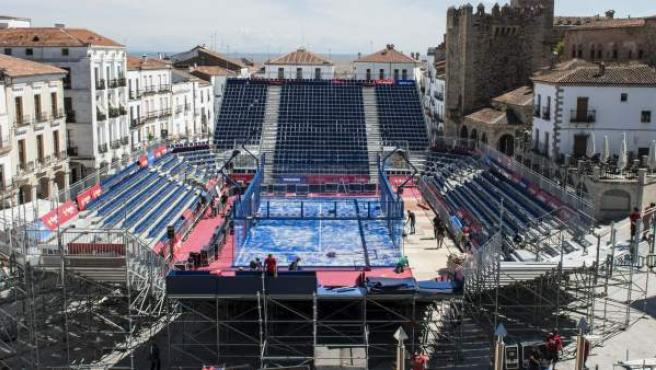 La Plaza Mayor de Cáceres se convirtió en una pista de pádel con capacidad para 3.000 personas con motivo del World Pádel Tour.