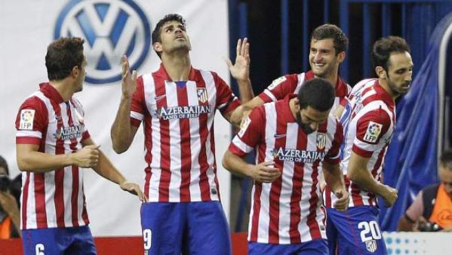 Diego Costa, rodeado por sus compañeros, celebra uno de sus goles ante Osasuna