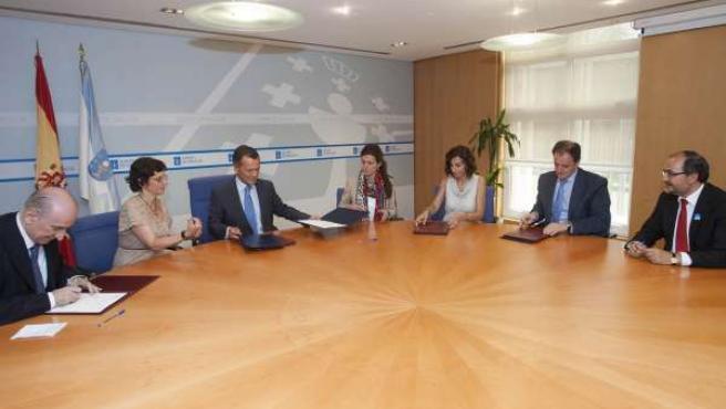 Firma de el conselleiro Agustín Hernández y cuatro entidades financieras