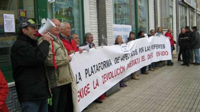 Afectados por preferentes protestan ante Caja Cantabria de Torrelavega
