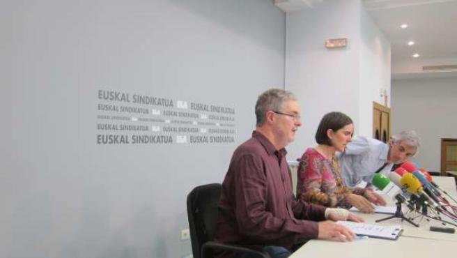 Los miembros de ELA Adolfo Muñoz, Julene Gabiola y Mikel Noval