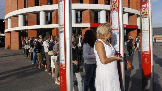 Colas de gente esperando el autobús en la estación de Renfe de Atocha de Madrid.