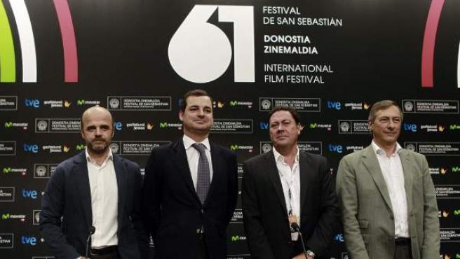 El presidente de RTVE, Leopoldo González-Echenique, el director de TVE, Ignacio Corrales, el presidente de FAPAE, Joxe Portela, y el presidente de AEC, José Antonio Félez, durante la rueda de prensa.