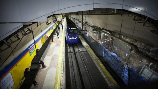 Un convoy de Metro entra en una estación de la red.