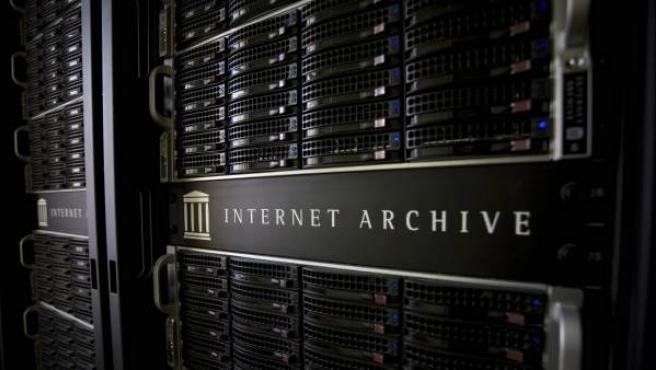 Algunas de las unidades de petabox (petacajas) que almacenan la información del Internet Archive.