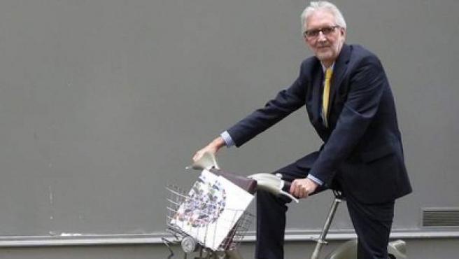 El británico Brian Cookson, nuevo presidente de la Unión Ciclista Internacional, posa durante la campaña electoral.