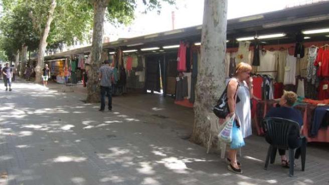 Comercio. Puestos de los Encants de ropa del Mercado de Sant Antoni
