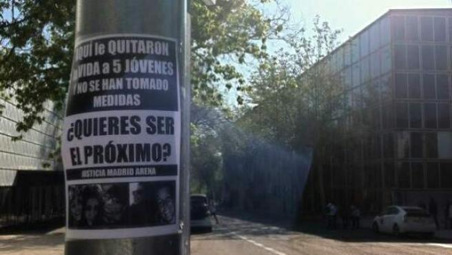 Cartel de protesta colocado junto al Madrid Arena por familiares y amigos de las víctimas de la fiesta de Halloween.