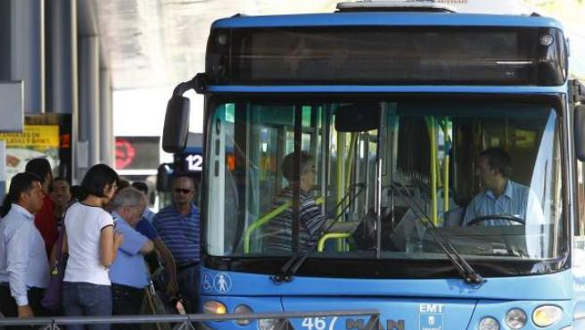 Viajeros entrando en un autobús de la EMT de Madrid, en el intercambiador de Plaza de Castilla.