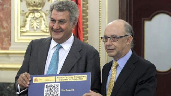 El ministro de Hacienda y Administraciones Públicas, Cristóbal Montoro (d), en el momento en que ha entregado al presidente del Congreso, Jesús Posada, el proyecto de ley de Presupuestos Generales del Estado para 2014.