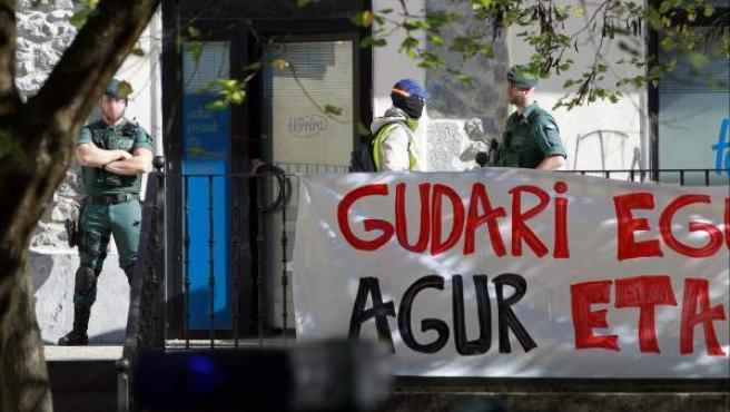 Agentes de la Guardia Civil custodian la sede en Hernani de Herrira, la organización de apoyo a los presos de ETA y sucesora de Gestoras Pro Amnistía, donde han sido detenidos quince integrantes de la organización.