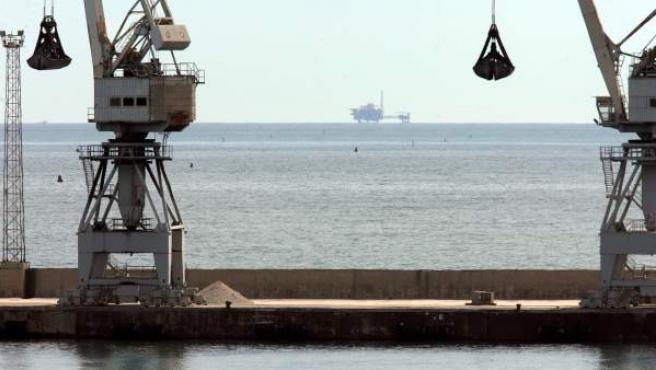 Vista al fondo, de la plataforma ubicada en el Delta del Ebro del proyecto Castor, para almacenar gas en el subsuelo marino, cuyos trabajos han disparado la preocupación entre los habitantes de la zona.