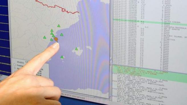El Observatorio del Ebro muestra en una pantalla uno de los terremotos registrados.