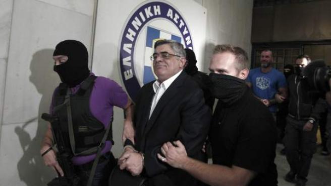 Momento de la detención del líder del partido neonazi griego Amanecer Dorado, en relación al asesinato de un cantante de hip hop y activista.