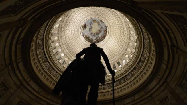 La silueta de la estatua del primer presidente de Estados Unidos, George Washington, en el Capitolio en Washington (Estados Unidos).