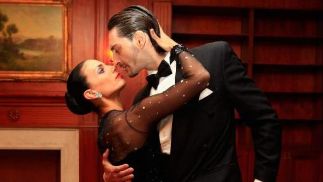 Dos bailarines, juntos durante un tango, un género musical tradicional de Argentina y Uruguay.