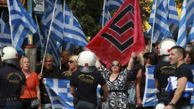 Seguidores del grupo neonazi griego Amanecer Dorado se manifiestan ante el tribunal en Atenas.