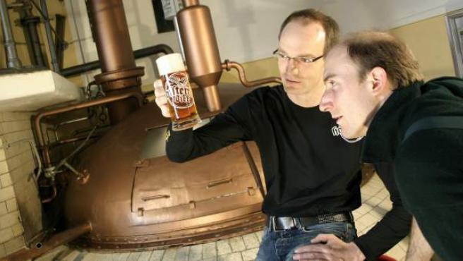 Peter Krammer (i), maestro cervecero de la empresa familiar Hofstetten, la más antigua de Austria, muestra su nuevo producto, cuya destilación sigue una receta del año 1720 encontrada por casualidad.