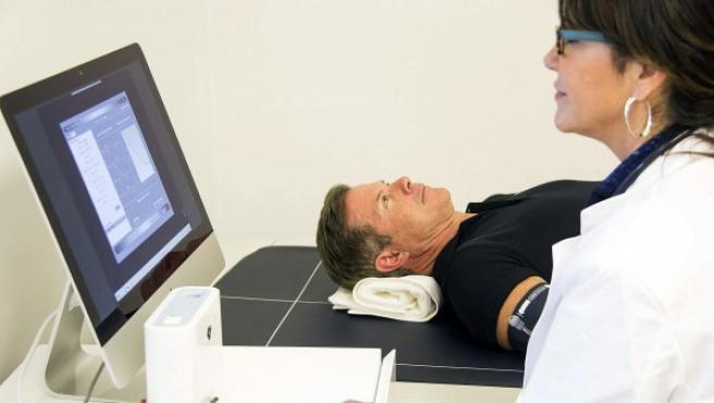 Un doctora controlando la prueba de un paciente.