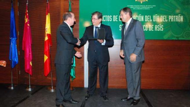 Titulados Mercantiles entregan su última Medalla de Oro a Ramón Madrid