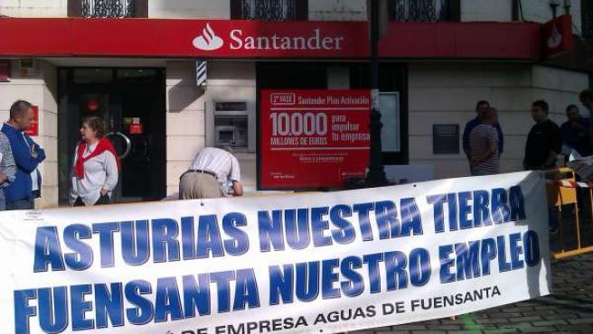 Recogida de firmas de trabajadores de Fuensanta.