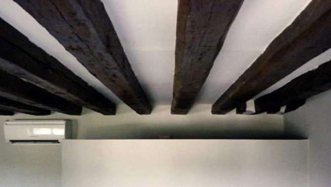 Ejemplo de cómo descubrir y tratar las viejas vigas de un techo.