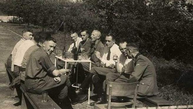 Los jefes del campo de concentración de Auschwitz, tomando un refrigerio.