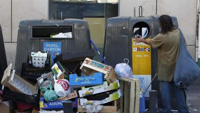 Contenedores de basura rodeados de desperdicios en la plaza de Vázquez de Mella, en pleno centro turístico de Madrid.