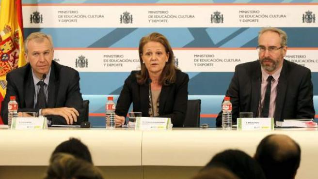 El secretario general adjunto de la Organización para la Cooperación y el Desarrollo Económico (OCDE), Ives Leterme (i), la secretaria de Estado de Educación, FP y Universidades, Montserrat Gomendio (c), y William Thorn (d), analista de la OCDE.