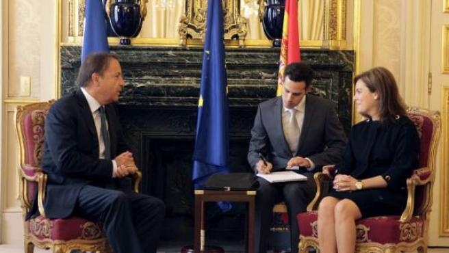El primer ministro francés, Jean-Marc Ayrault, y la vicepresidenta del Gobierno, Soraya Sáenz de Santamaría, durante su encuentro en París.