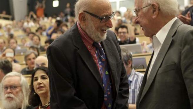 El físico británico Peter Higgs (d) conversa con su colega belga Francois Englert (i), durante el seminario del Centro Europeo de Física de Partículas (CERN) en el que se presentaron los resultados del experimento para encontrar el bosón de Higgs.