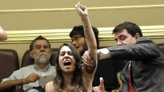 La activista de Femen Lara Alcázar, durante su protesta en el Congreso de los Diputados.