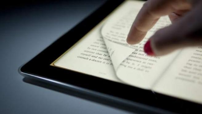 Una lectora maneja un libro electrónico.